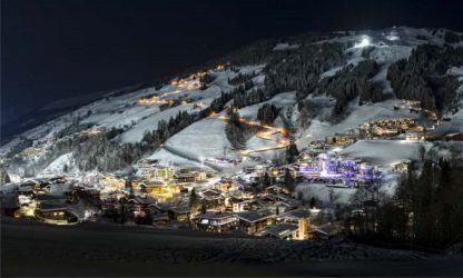 Saalbach-Hinterglemm mit Skipiste bei Nacht mit Flutlicht Panora