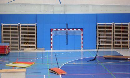 Blick in eine Turnhalle vor dem Sportunterricht (Gymnastik, Bode